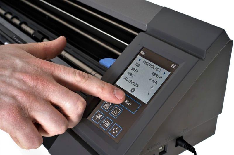 Graphtec CE Lite 50 sử dụng bàn phím và màn hình cảm ứng